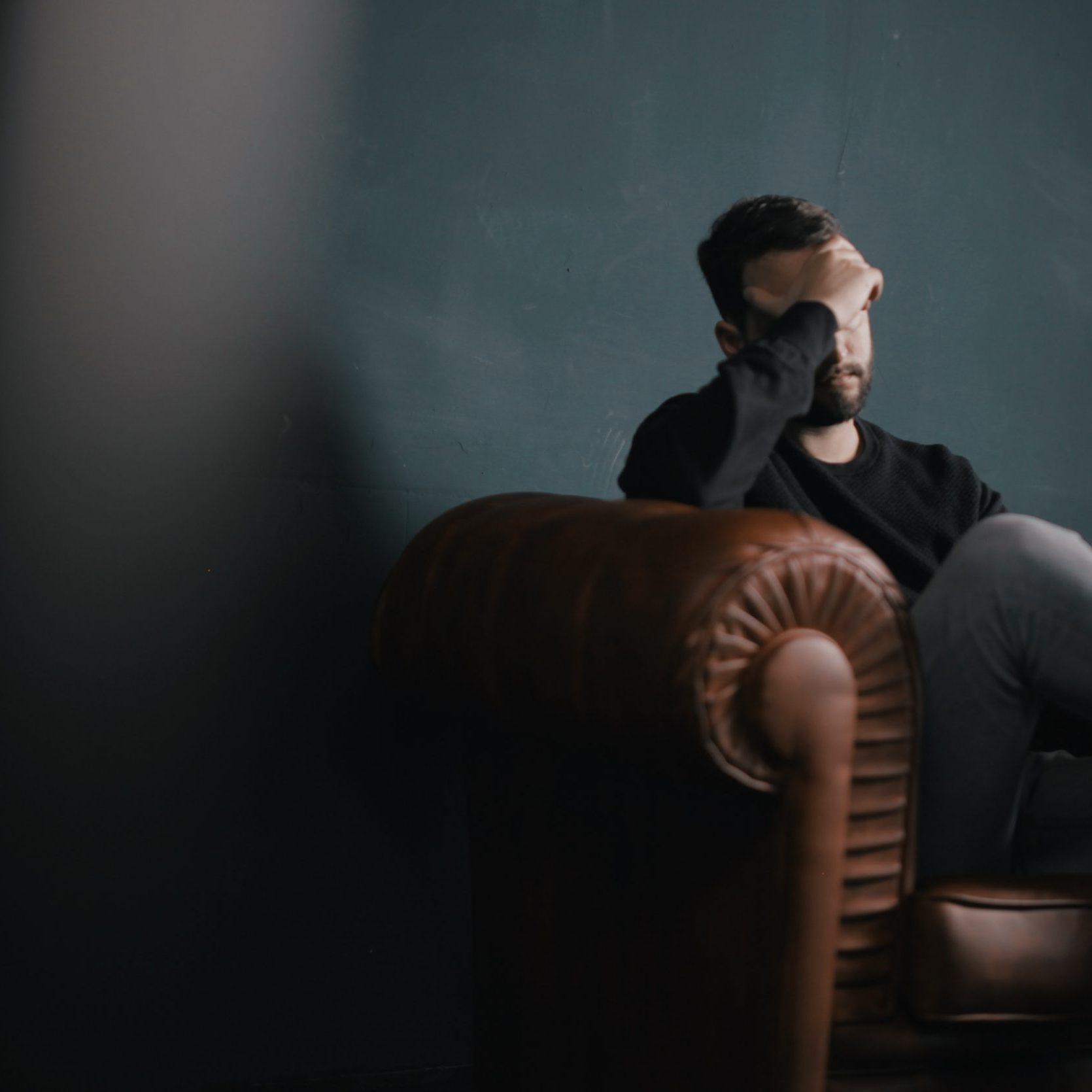 Pour la grande majorité des fumeurs, griller une cigarette permet de décompresser et de faire retomber momentanément le stress. Pourtant, lorsqu'on observe de quoi est faite la cigarette, et son action sur le mental, c'est pratiquement le contraire…