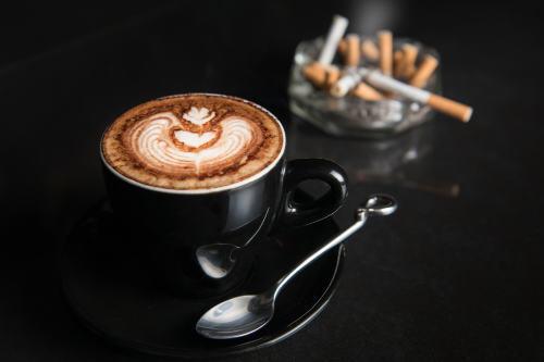 """Le célèbre """"café clope"""", un des réflexes pavloviens les plus répandus."""